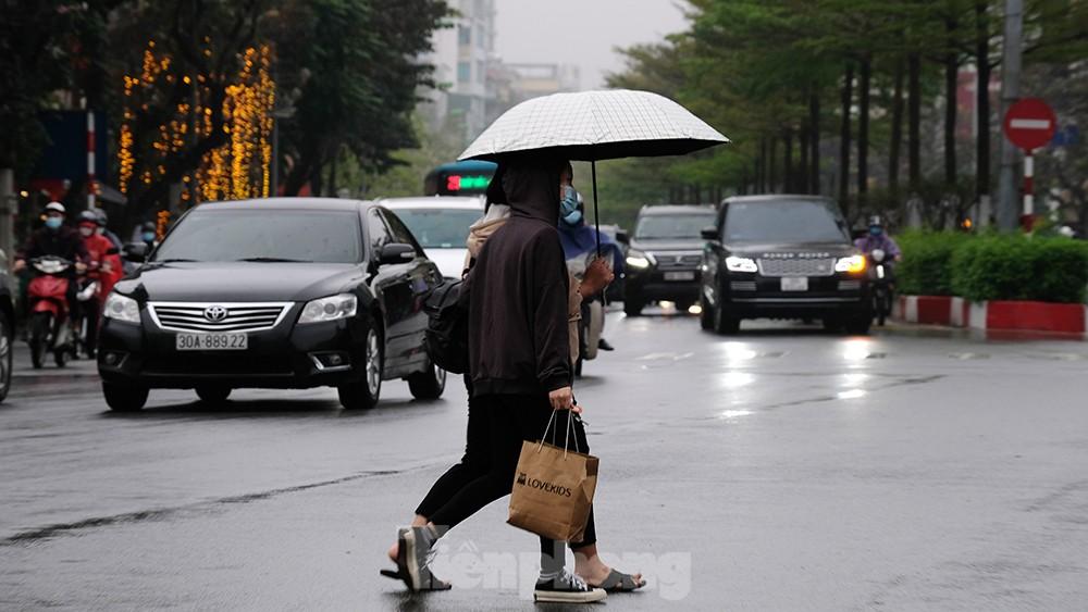 Giao thông Hà Nội ngày đầu tuần ùn tắc dưới trời mưa phùn ẩm ướt ảnh 1