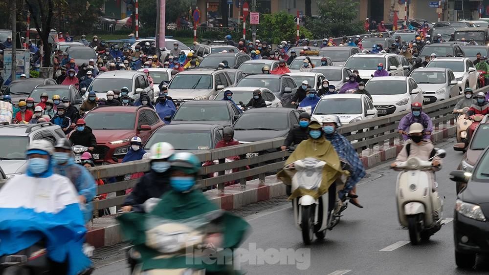 Giao thông Hà Nội ngày đầu tuần ùn tắc dưới trời mưa phùn ẩm ướt ảnh 2