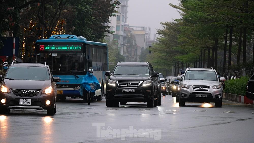 Giao thông Hà Nội ngày đầu tuần ùn tắc dưới trời mưa phùn ẩm ướt ảnh 4