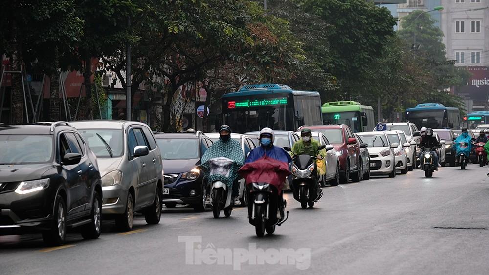 Giao thông Hà Nội ngày đầu tuần ùn tắc dưới trời mưa phùn ẩm ướt ảnh 7