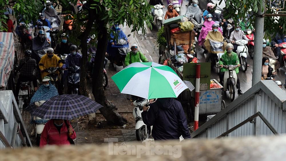 Giao thông Hà Nội ngày đầu tuần ùn tắc dưới trời mưa phùn ẩm ướt ảnh 11