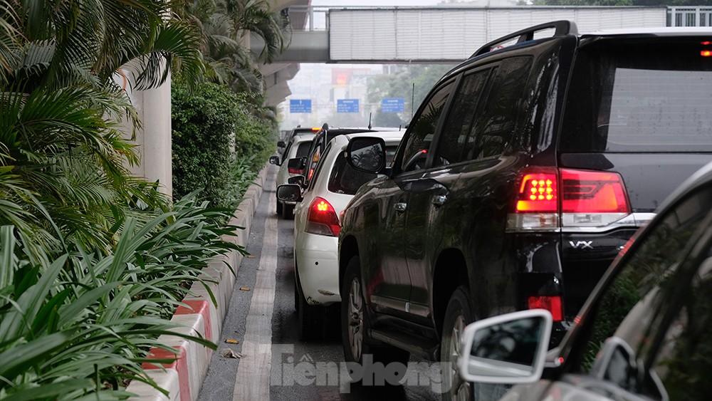 Giao thông Hà Nội ngày đầu tuần ùn tắc dưới trời mưa phùn ẩm ướt ảnh 12