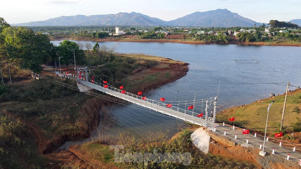 Hàng thông trăm tuổi, cầu treo, đồi chè xanh ngát trên cung đường Tiền Phong Marathon 2021 ảnh 1