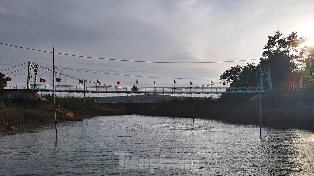Hàng thông trăm tuổi, cầu treo, đồi chè xanh ngát trên cung đường Tiền Phong Marathon 2021 ảnh 3
