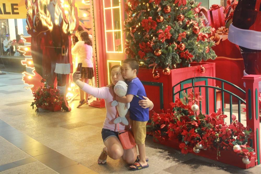 Phố Sài Gòn lung linh đón Giáng sinh ảnh 20