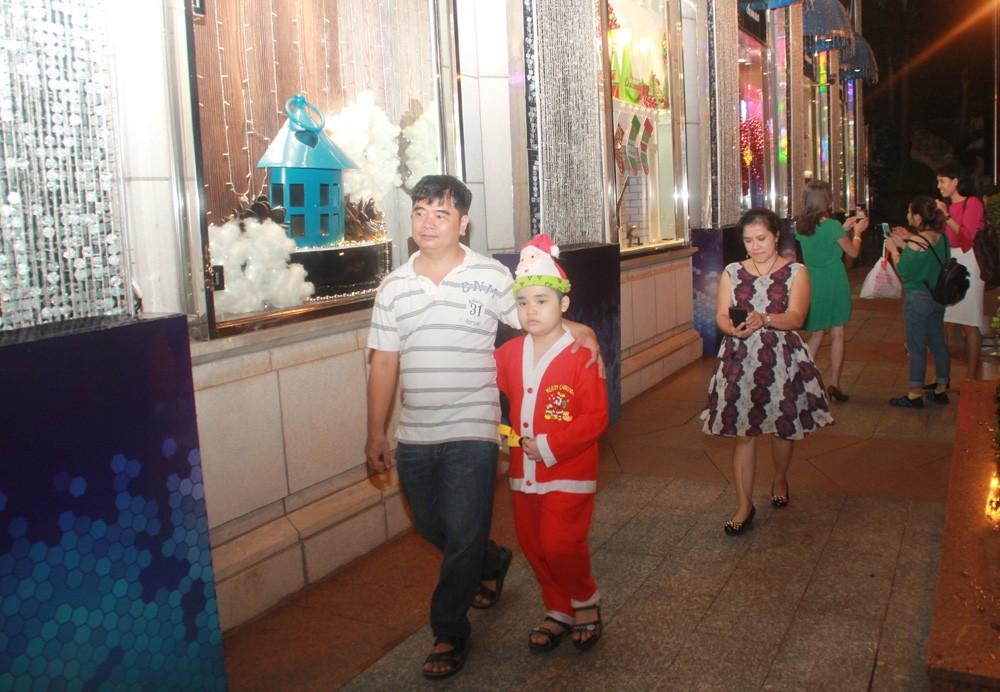Phố Sài Gòn lung linh đón Giáng sinh ảnh 25