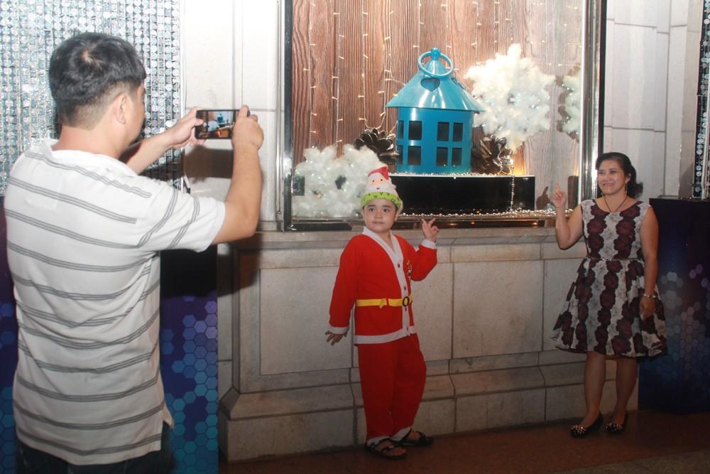 Phố Sài Gòn lung linh đón Giáng sinh ảnh 26