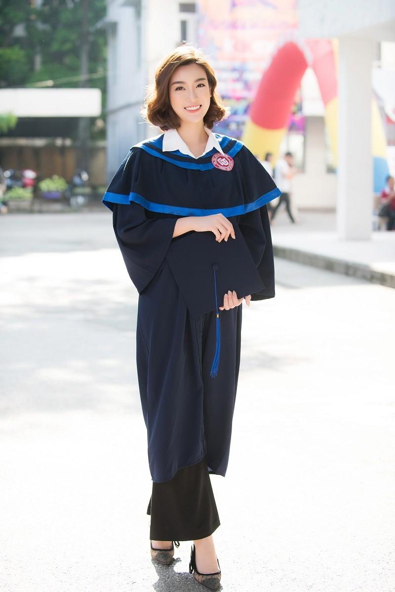 Hoa hậu Đỗ Mỹ Linh rạng rỡ ngày nhận bằng tốt nghiệp đại học ảnh 1