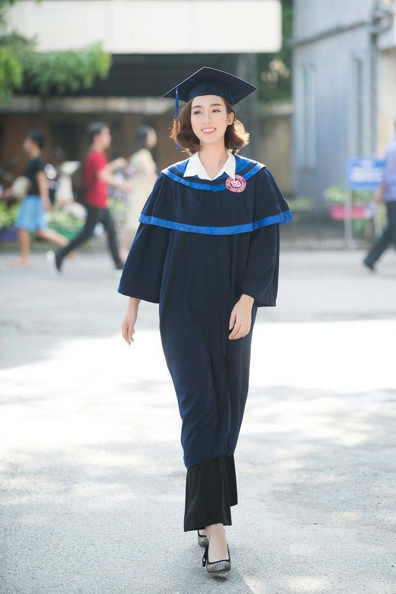 Hoa hậu Đỗ Mỹ Linh rạng rỡ ngày nhận bằng tốt nghiệp đại học ảnh 3
