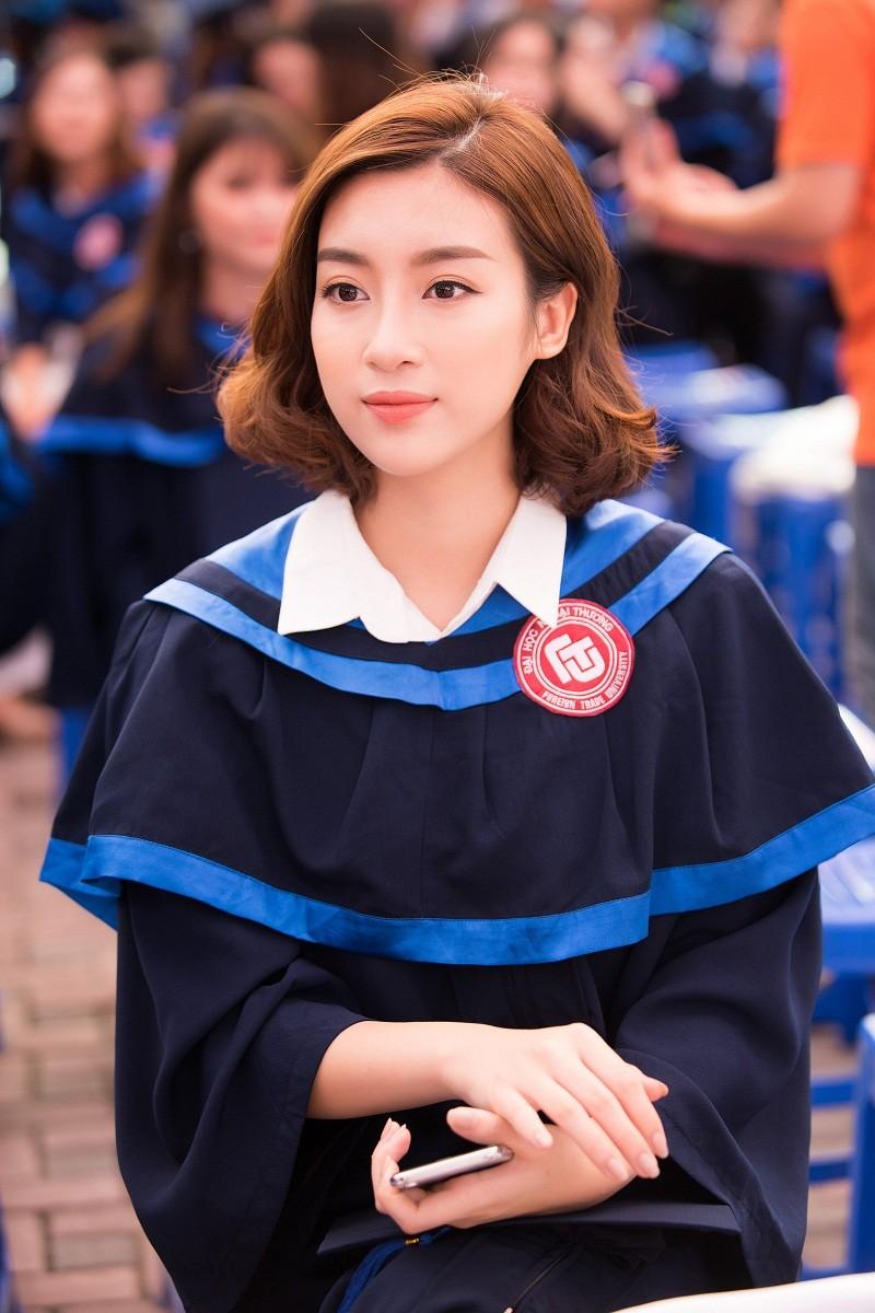 Hoa hậu Đỗ Mỹ Linh rạng rỡ ngày nhận bằng tốt nghiệp đại học ảnh 4