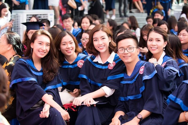 Hoa hậu Đỗ Mỹ Linh rạng rỡ ngày nhận bằng tốt nghiệp đại học ảnh 5