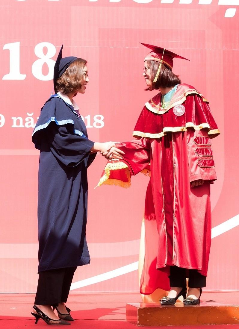 Hoa hậu Đỗ Mỹ Linh rạng rỡ ngày nhận bằng tốt nghiệp đại học ảnh 6