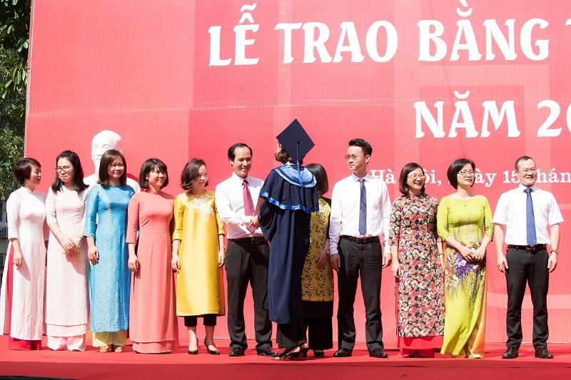 Hoa hậu Đỗ Mỹ Linh rạng rỡ ngày nhận bằng tốt nghiệp đại học ảnh 8