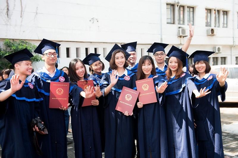 Hoa hậu Đỗ Mỹ Linh rạng rỡ ngày nhận bằng tốt nghiệp đại học ảnh 11