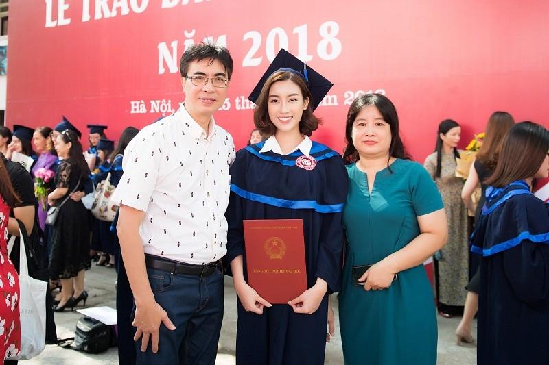 Hoa hậu Đỗ Mỹ Linh rạng rỡ ngày nhận bằng tốt nghiệp đại học ảnh 9