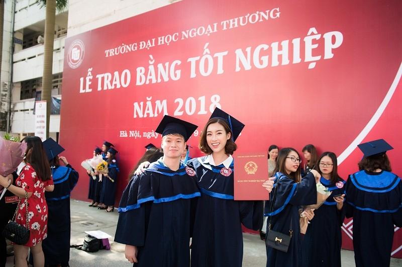 Hoa hậu Đỗ Mỹ Linh rạng rỡ ngày nhận bằng tốt nghiệp đại học ảnh 13