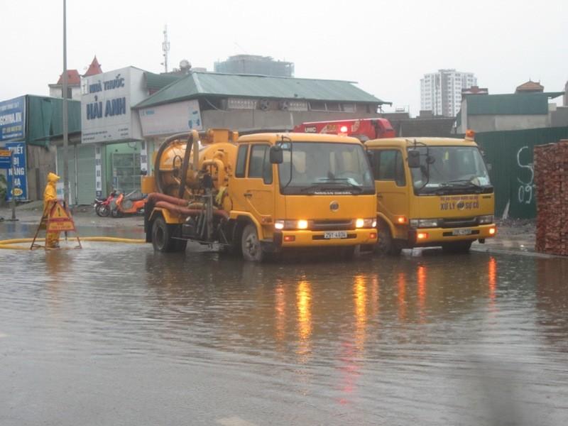 Sau cơn mưa lớn, Hà Nội lại... lội ảnh 15