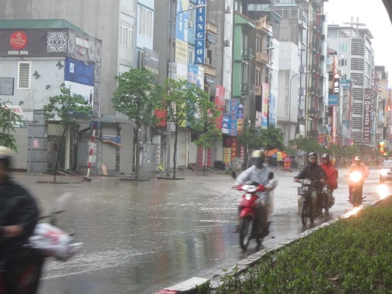 Sau cơn mưa lớn, Hà Nội lại... lội ảnh 14