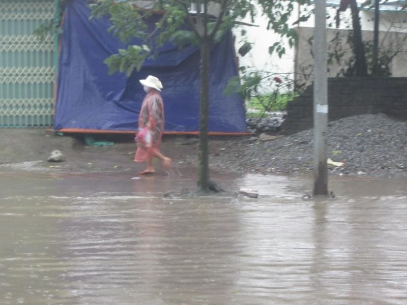 Sau cơn mưa lớn, Hà Nội lại... lội ảnh 13