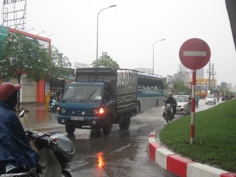 Sau cơn mưa lớn, Hà Nội lại... lội ảnh 12