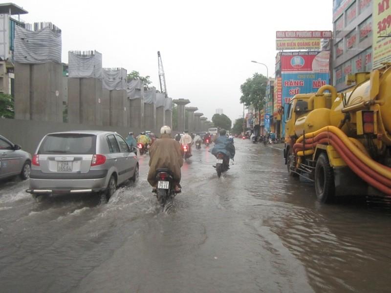 Sau cơn mưa lớn, Hà Nội lại... lội ảnh 11