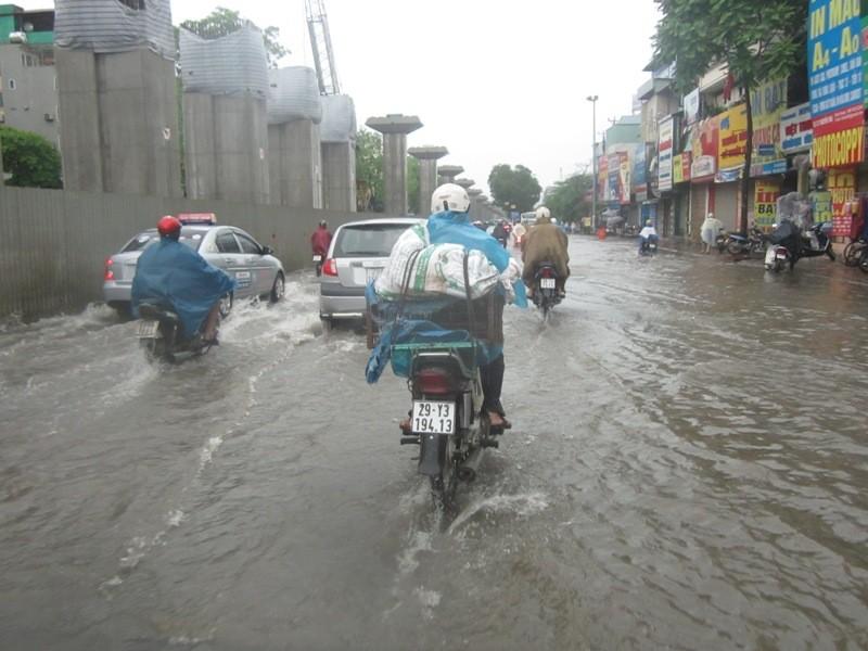 Sau cơn mưa lớn, Hà Nội lại... lội ảnh 10