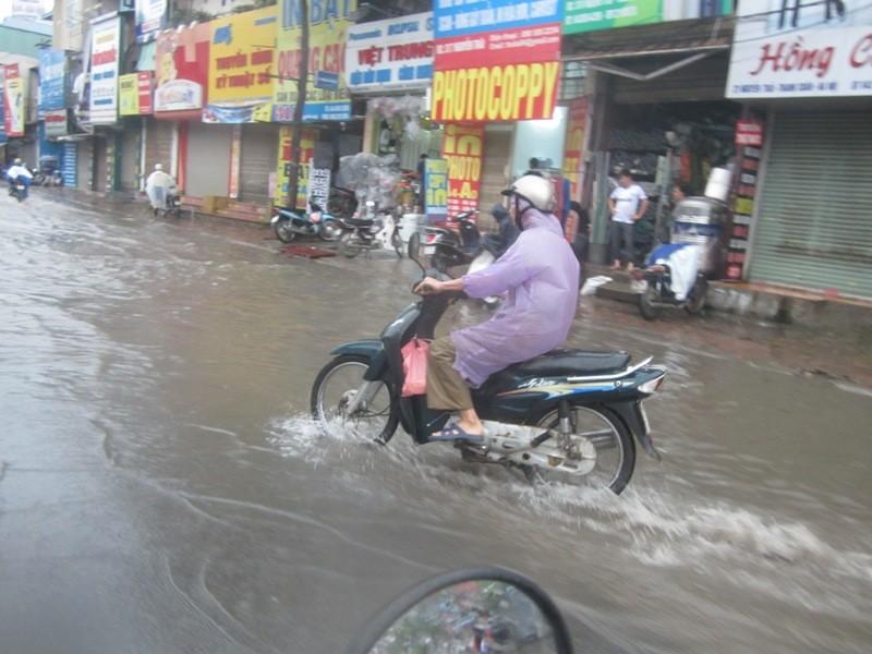 Sau cơn mưa lớn, Hà Nội lại... lội ảnh 9