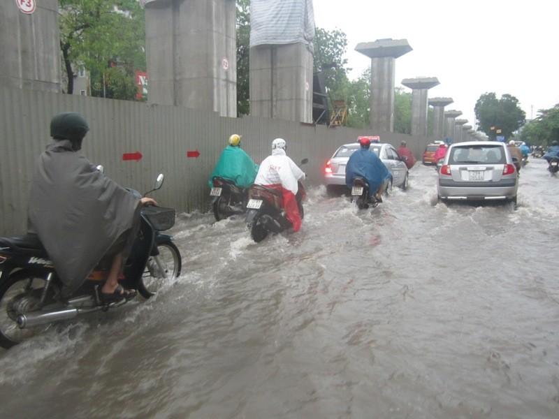 Sau cơn mưa lớn, Hà Nội lại... lội ảnh 8