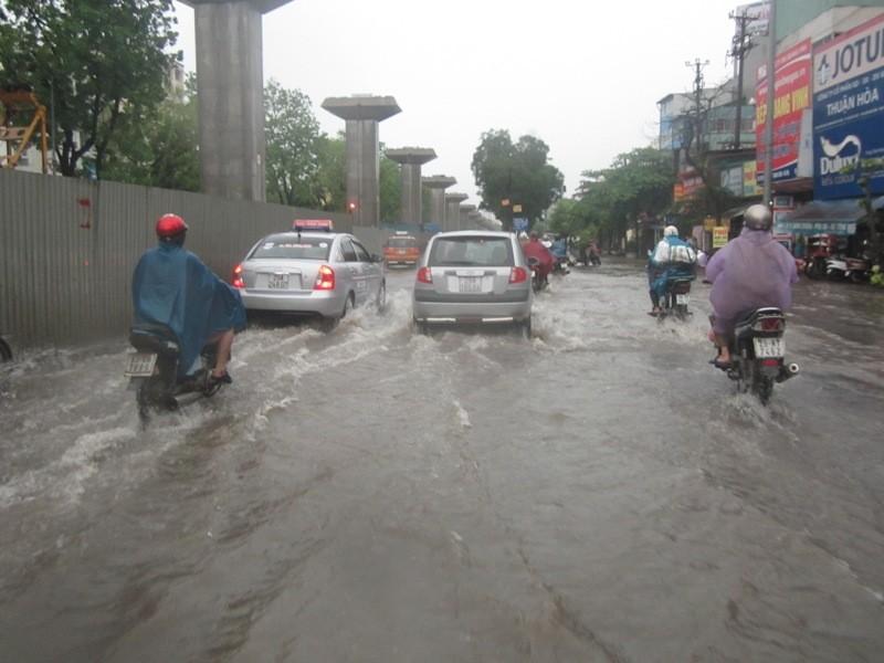 Sau cơn mưa lớn, Hà Nội lại... lội ảnh 7