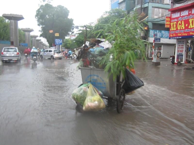 Sau cơn mưa lớn, Hà Nội lại... lội ảnh 6