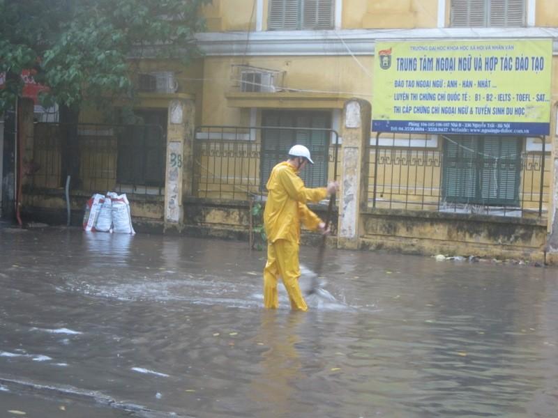 Sau cơn mưa lớn, Hà Nội lại... lội ảnh 5