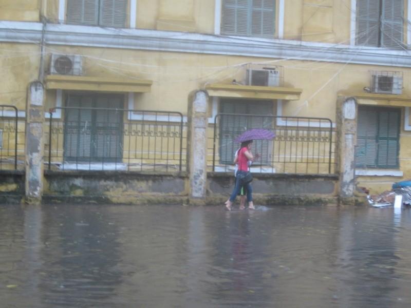 Sau cơn mưa lớn, Hà Nội lại... lội ảnh 4