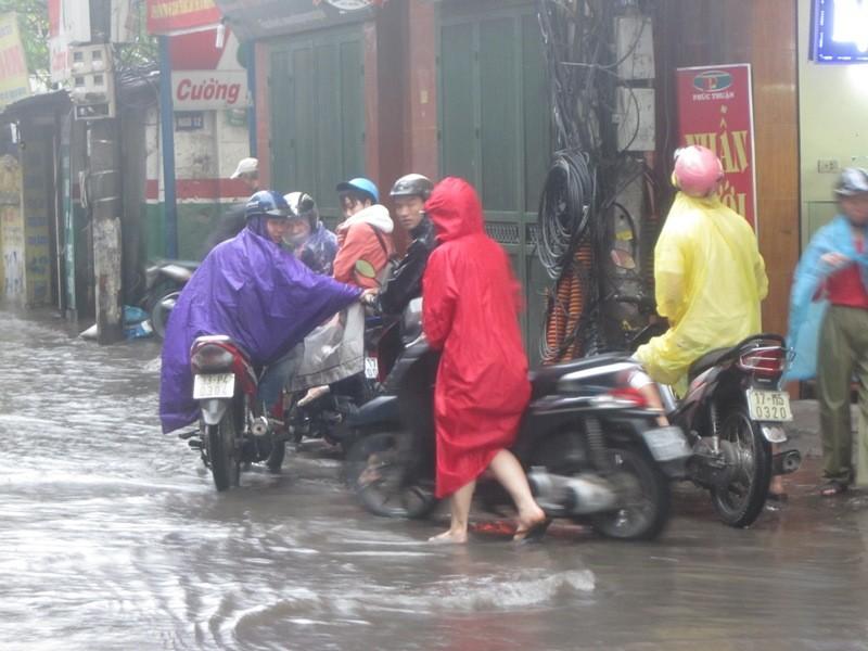 Sau cơn mưa lớn, Hà Nội lại... lội ảnh 1