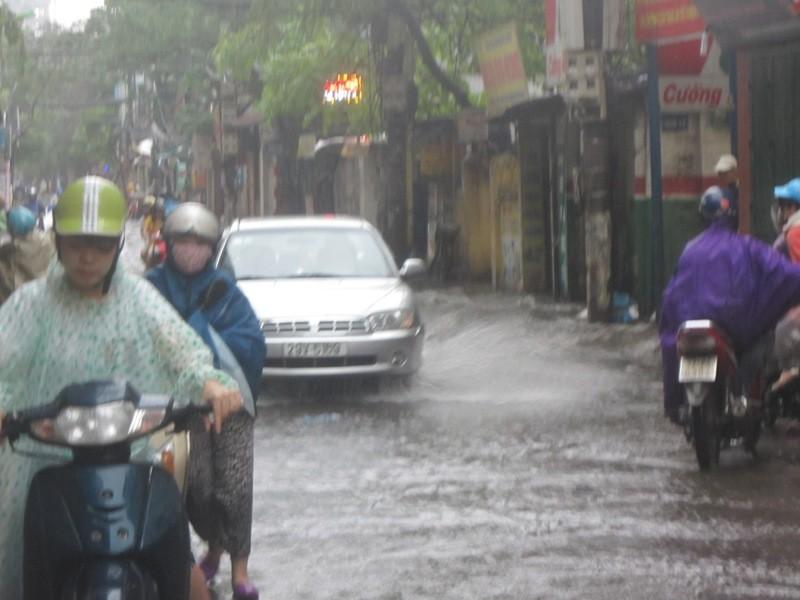 Sau cơn mưa lớn, Hà Nội lại... lội ảnh 2