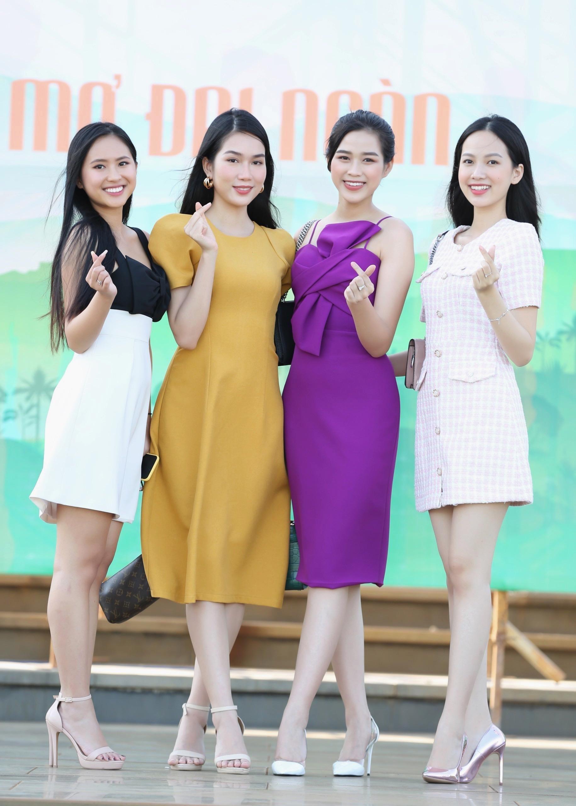 Hoa hậu Đỗ Thị Hà diện váy hai dây tím khoe vai trần gợi cảm ảnh 12