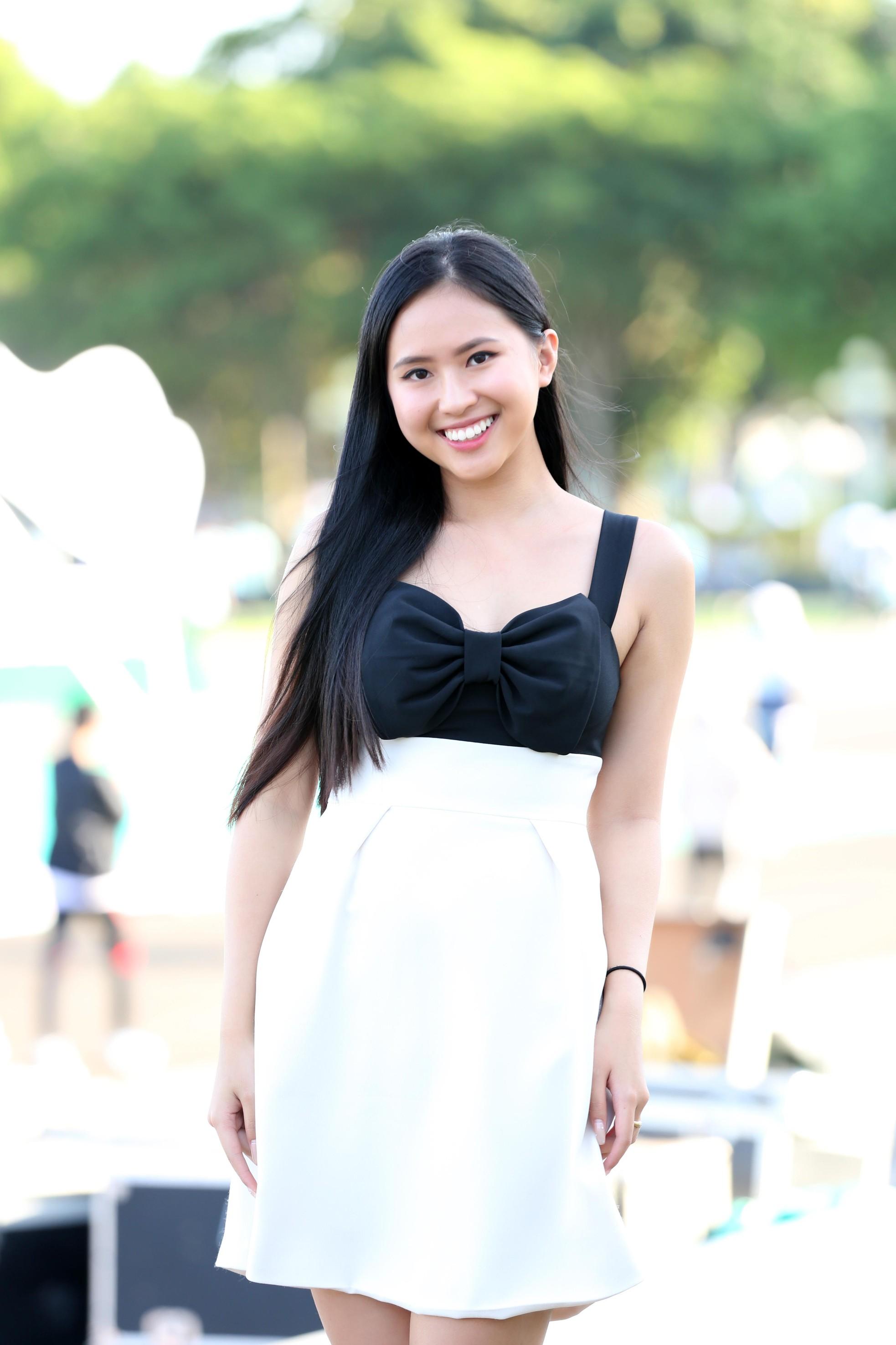 Hoa hậu Đỗ Thị Hà diện váy hai dây tím khoe vai trần gợi cảm ảnh 9