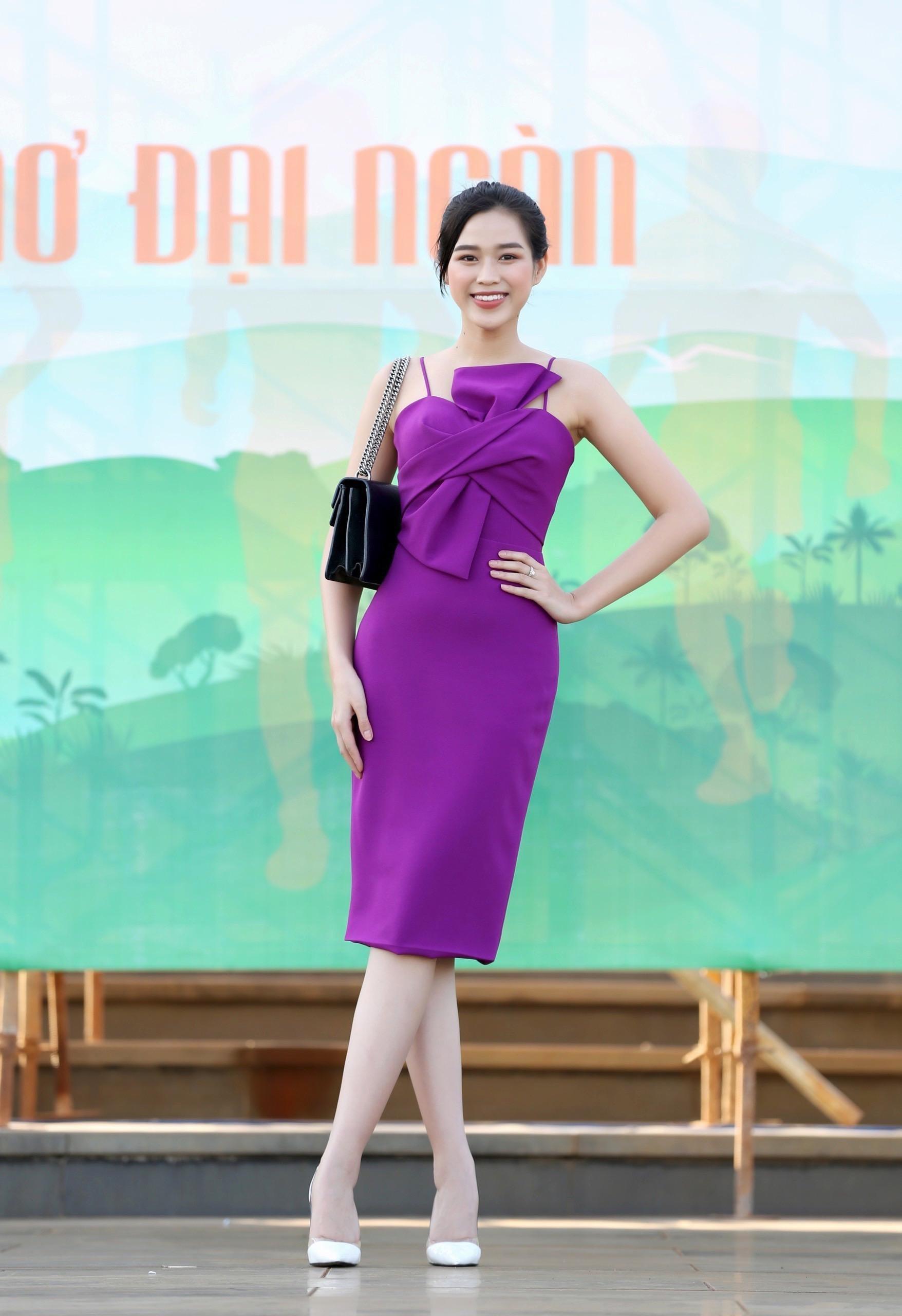 Hoa hậu Đỗ Thị Hà diện váy hai dây tím khoe vai trần gợi cảm ảnh 2