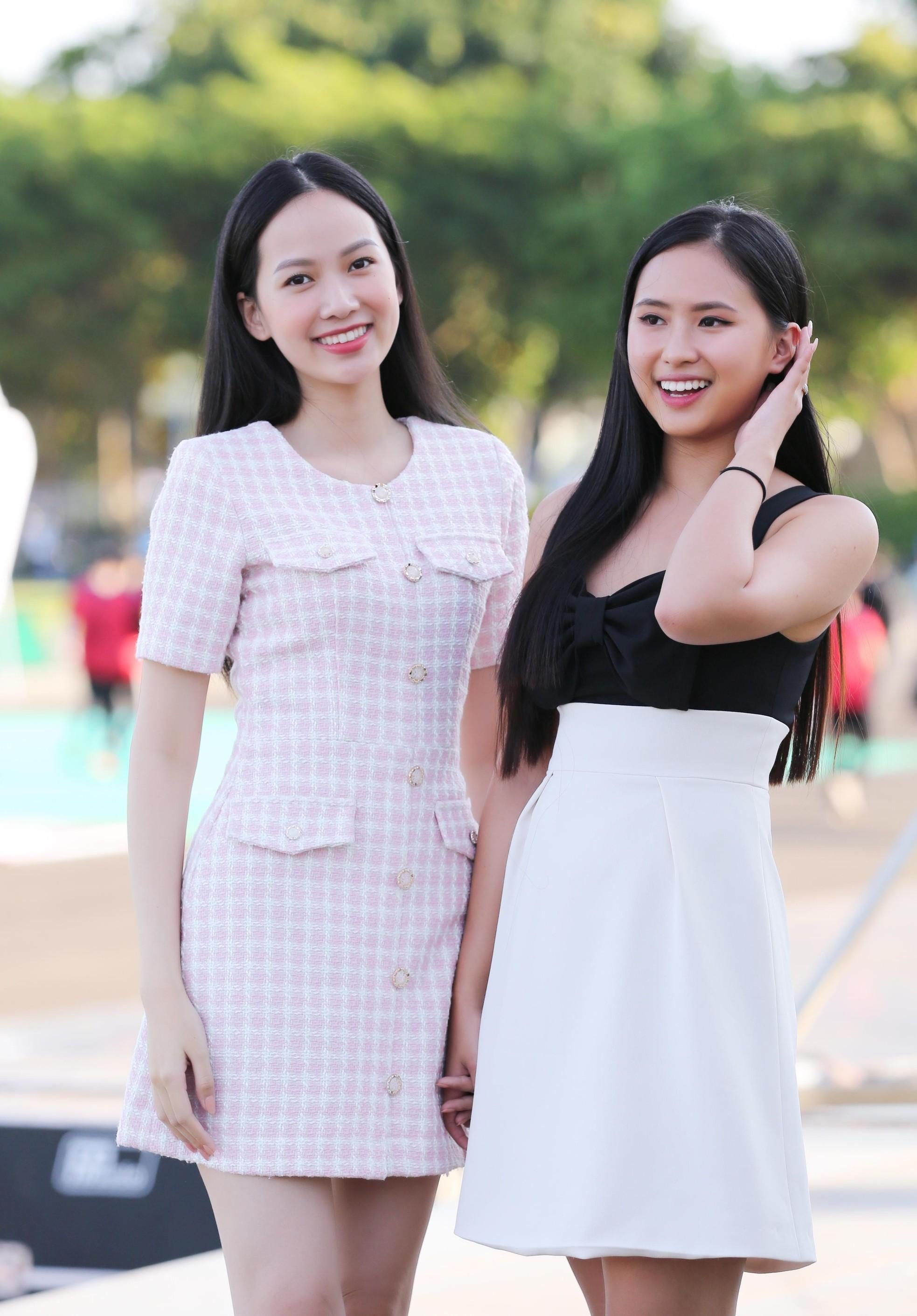 Hoa hậu Đỗ Thị Hà diện váy hai dây tím khoe vai trần gợi cảm ảnh 11