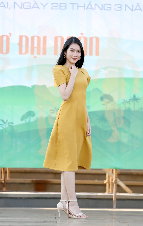 Hoa hậu Đỗ Thị Hà diện váy hai dây tím khoe vai trần gợi cảm ảnh 5