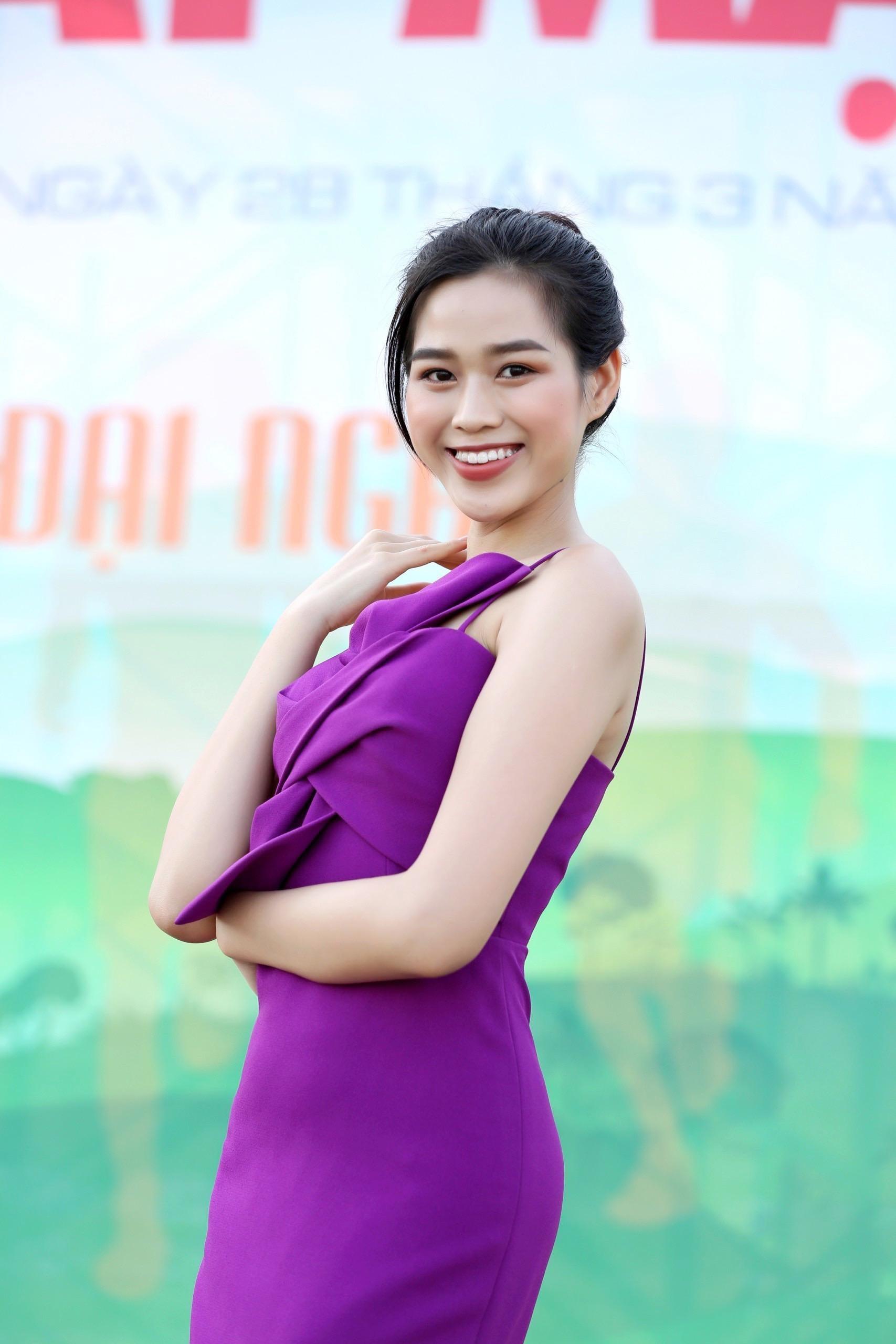 Hoa hậu Đỗ Thị Hà diện váy hai dây tím khoe vai trần gợi cảm ảnh 3