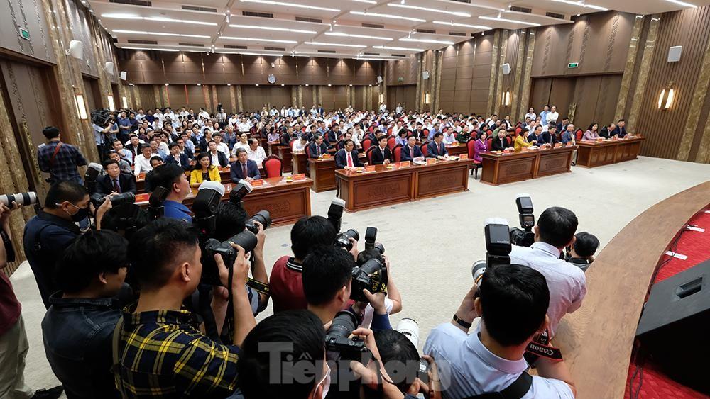 Toàn cảnh lễ trao Quyết định cho Tân Bí thư Thành uỷ Hà Nội Đinh Tiến Dũng ảnh 2