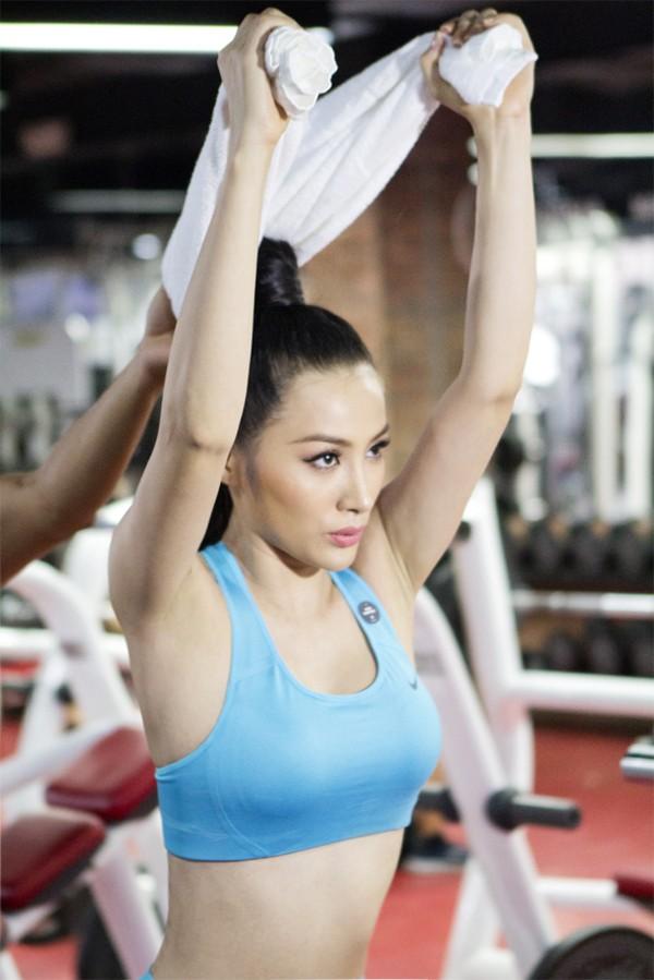 Trương Nhi eo thon gợi cảm trong phòng tập gym ảnh 1