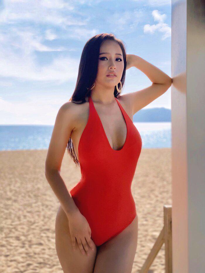 Vóc dáng 'đồng hồ cát' nóng 'bỏng mắt' của Hoa hậu Mai Phương Thúy ở tuổi 33 ảnh 1