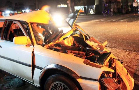 Xe tải tông gãy barie trạm thu phí, tài xế tử vong trong cabin ảnh 1