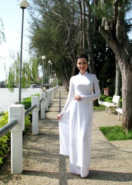 Hoa khôi sinh viên Cần Thơ thướt tha trên bến Ninh Kiều ảnh 1