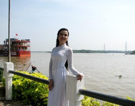 Hoa khôi sinh viên Cần Thơ thướt tha trên bến Ninh Kiều ảnh 2