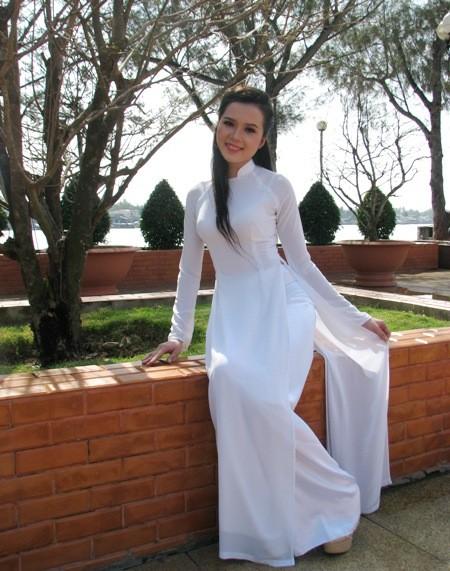 Hoa khôi sinh viên Cần Thơ thướt tha trên bến Ninh Kiều ảnh 3