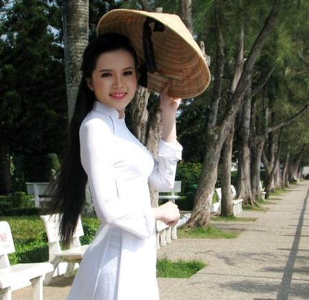 Hoa khôi sinh viên Cần Thơ thướt tha trên bến Ninh Kiều ảnh 4