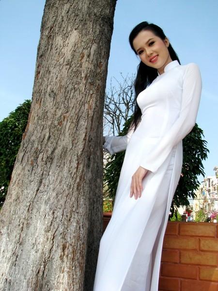 Hoa khôi sinh viên Cần Thơ thướt tha trên bến Ninh Kiều ảnh 5