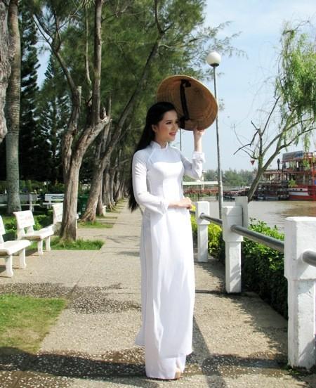 Hoa khôi sinh viên Cần Thơ thướt tha trên bến Ninh Kiều ảnh 6
